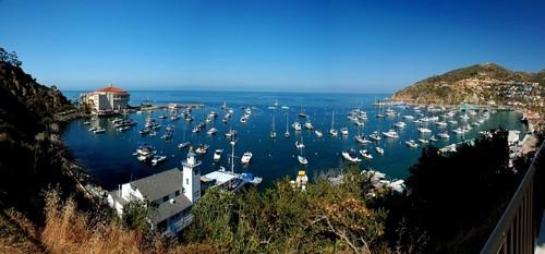 Άβαλον (Καλιφόρνια): Πανοραμική θέα της πόλης Άβαλον στο νησί Σάντα Καταλίνα της Καλιφόρνιας. Δημοφιλής τουριστικός προορισμός για πάνω από έναν αιώνα, αυτός ο ιστορικός παραθαλάσσιος προορισμός έχει προσελκύσει αστέρια, αξιωματούχους και προέδρους κατά τη διάρκεια των ετών. ΗΠΑ