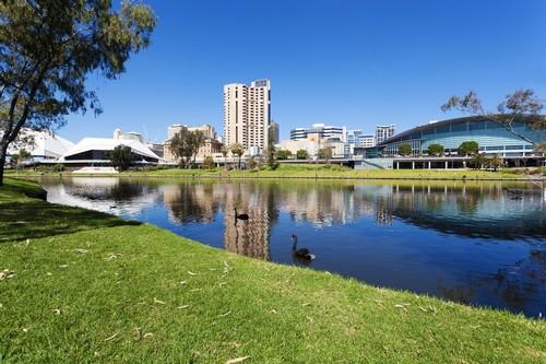 Αδελαΐδα: Θέα στην όχθη του ποταμού της Αδελαίδας στη Νότιο Αυστραλία στη διάρκεια μιας όμορφης ημέρας. Αυστραλία.