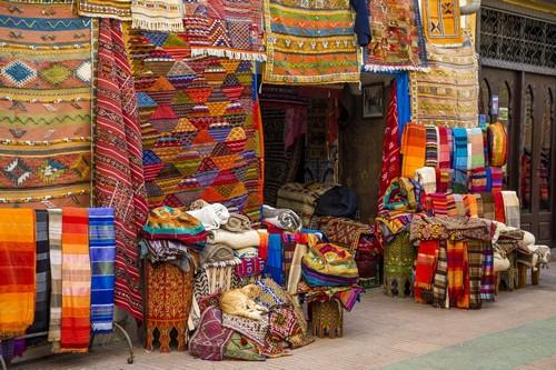 Αγκαντίρ: Στην πολύχρωμη αγορά του Αγκαντίρ με Μαροκινά χειροτεχνήματα, ρούχα, αναμνηστικά και τρόφιμα, Μαρόκο.