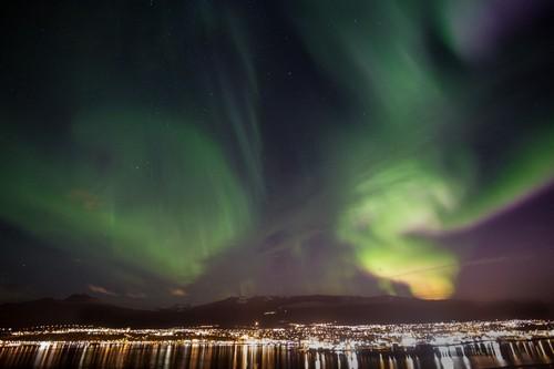 Ακουρέϊρι: Βόρειο Σέλας. Ελαφρύς χορός στο κέντρο του Ακουρέϊρι. Ισλανδία.