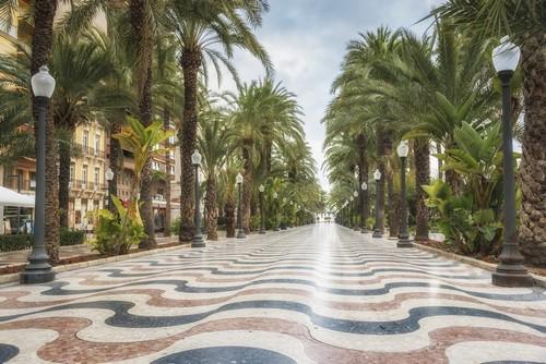 Αλικάντε: O παραλιακός δρόμος, ο κύριος τουριστικός δρόμος στην Αλικάντε. Ισπανία.