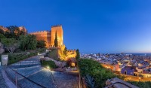 Αλμερία: Πανοραμική θέα στον ορίζοντα της πόλης και τα τείχη του φρουρίου Alcazaba στην Αλμερία, Ανδαλουσία. Ισπανία.