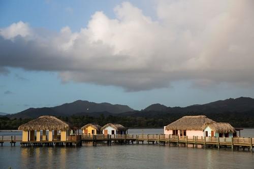 Διακοπές στην Τροπική Καραϊβική (19HAL45c) - Άμπερ Κόβ