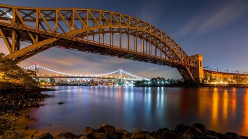 Αστόρια: Οι γέφυρες Hell Gate και Triboro τη νύχτα, στην Astoria. Queens. Νέα Υόρκη. ΗΠΑ.