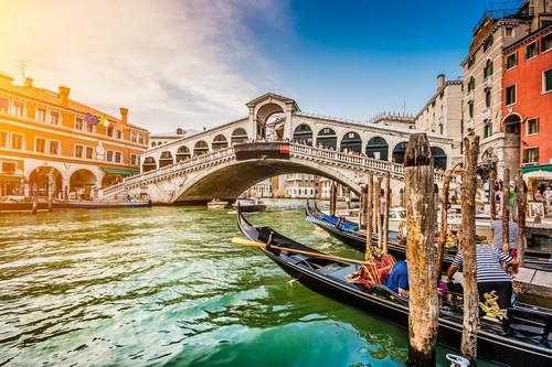 Βενετία: Πανοραμική θέα του διάσημου Canale Grande από τη διάσημη γέφυρα του Ριάλτο στο ηλιοβασίλεμα. Βενετία. Ιταλία.