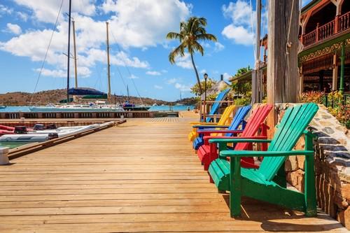 Βίρτζιν Γκόρντα: Πολύχρωμες καρέκλες σε αποβάθρα του νησιού Virgin Gorda. Βρεττανικές Παρθένοι Νήσοι.