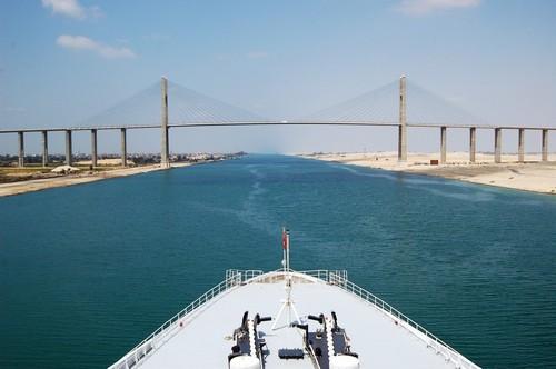 Διάπλους Διώρυγας Σουέζ: Κρουαζιερόπλοιο διασχίζει το κανάλι του Σουέζ. Αίγυπτος.