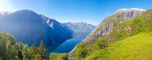 Εϊντφιόρδ: Μια μαγευτική θέα στο Εϊντφιόρδ από το Kjeasen της Νορβηγίας. Οι πλαγιές των βουνών είναι κατάφυτες με καταπράσινο γρασίδι. Το νερό έχει σκούρο μπλε χρώμα. Τα ψηλότερα μέρη των βουνών είναι άγονα. Νορβηγία.