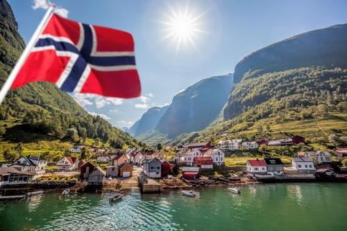 Φλάαμ: Ψαροχώρι και ορεινή ομορφιά κοντά στο Φλάαμ. Νορβηγία.