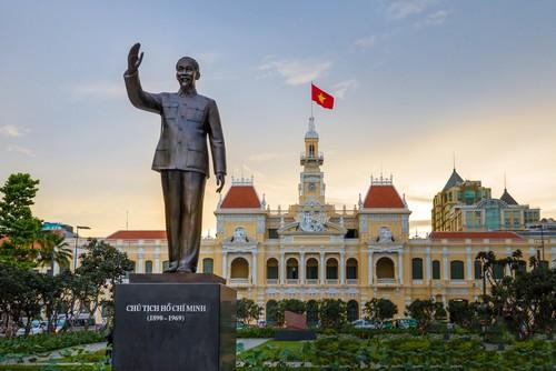 Φου Μι (Χο Τσι Μιν): Άγαλμα στην είσοδο της πόλης Χο Τσι Μιν. Βιετνάμ.