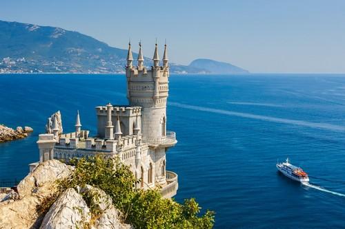 Γιάλτα: Το γνωστό κάστρο 'Η φωλιά του χελιδονιού' στη χερσόνησο της Κριμαίας κοντά στην Γιάλτα.