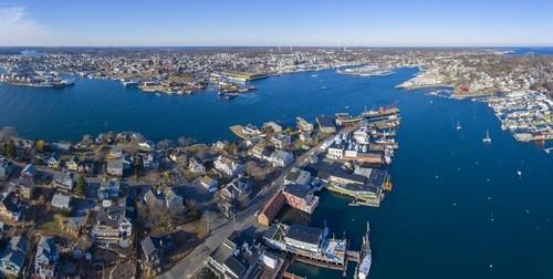 Γκλούτσεστερ (Μασαχουσέτη): Ηλιόλουστη μέρα στη Βοστώνη από το λιμάνι στο κέντρο πόλης. Μασαχουσέτη. ΗΠΑ.