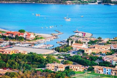 Γκόλφο Αράντσι: Λιμάνι με βάρκες στο Πόρτο Ροτόντο στο Γκόλφο Αράντσι στη μεσογειακή Κόστα Σμεράλντα. Ιταλία.