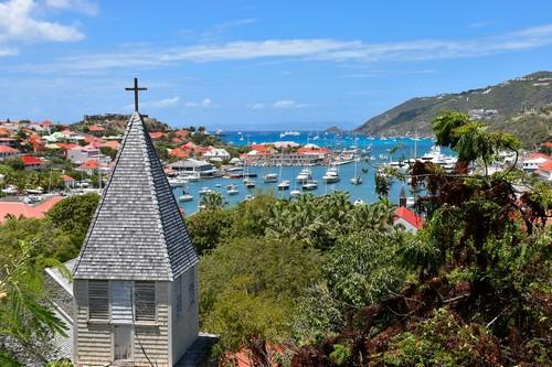 Γκουστάβια: Πανοραμική, ηλιόλουστη άποψη της Γκουτάβια, πρωτεύουσας του νησιού. Άγιος Βαρθολομαίος.