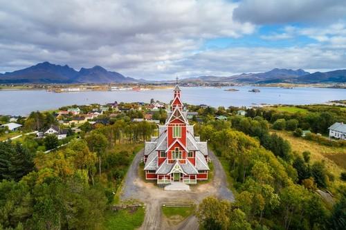Γκράβνταλ: Αεροφωτογραφία της εκκλησίας Buksnes στο χωριό Γκράβνταλ χτισμένο σε στιλ Dragestil ή Dragon. Νησιά Lofoten. Νορβηγία.