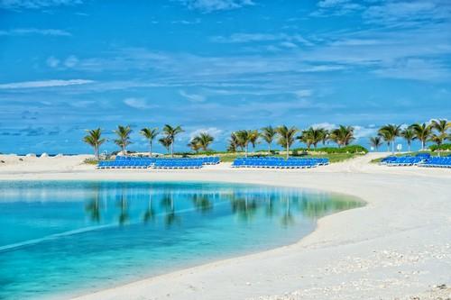 Γκρέϊτ Στίρουπ Κέϊ: Τροπική ακτή, λευκή άμμος και καλοκαιρινός μπλε ουρανός στο ιδιωτικό νησί της Norwegian Cruise Lines, Γκρέϊτ Στίρουπ Κέϊ, στις Μπαχάμες.