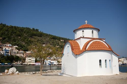 Γύθειο: Τυπικό ελληνικό, ορθόδοξο εκκλησάκι στο Γύθειο. Ελλάδα.