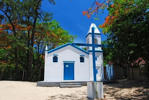 Ιλχαμπέλα: Εκκλησάκι στην παραλία Αραμάκα. Ιλχαμπέλα. Βραζιλία.