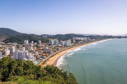 Ιταχάϊ: Αεροφωτογραφία της πόλης Ιταχάϊ και της παραλίας Praia Brava. Βραζιλία.