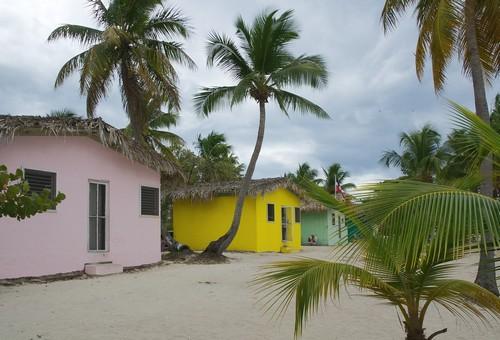 Ίζλα Καταλίνα: Νησί Καταλίνα. Τροπική παραλία της Καραϊβικής με μικρά σπίτια. Δομινικανή Δημοκρατία.