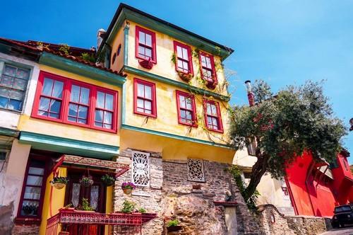 Καβάλα: Όμορφο, πολύχρωμο σπίτι στην παλιά πόλη της Καβάλας. Ελλάδα.