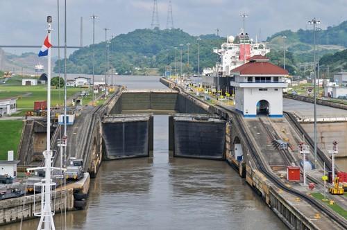Διάπλους: Είσοδος πλοίου στην 'κλειδαριά' Pedro Miguel στο Κανάλι του Παναμά. Παναμάς.