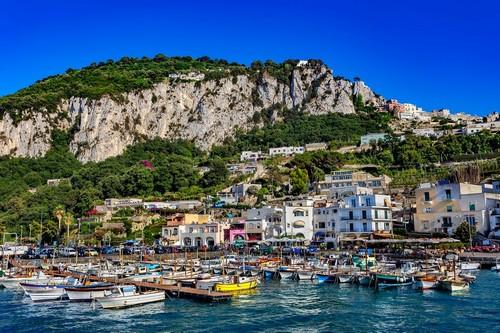 Κάπρι: Η μεγάλη μαρίνα σκαφών στο νησί Κάπρι. Ιταλία.