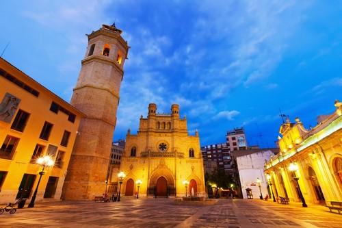Καστεγιόν δε λα Πλάνα: Νυχτερινή φωτογραφία του πύργου Fadri και του γοτθικού καθεδρικού ναού στο Καστεγιόν Ντε Λα Πλάνα κοινότητα της Βαλένθια. Ισπανία.