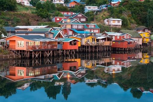 Κάστρο ( Νήσος Χιλόε ): Τα παραδοσιακά σπίτια ξυλοποδάρων γνωστά ως 'παλαφίτος' στην πόλη Κάστρο στο νησί Chiloe της Νότιας Χιλής. Χιλή.