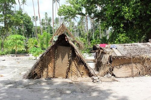 Κιριγουίνα: Καλύβες παραλιών κατά μήκος της ακτής νησί Κιριγουίνα. Παπούα Νέα Γουινέα.