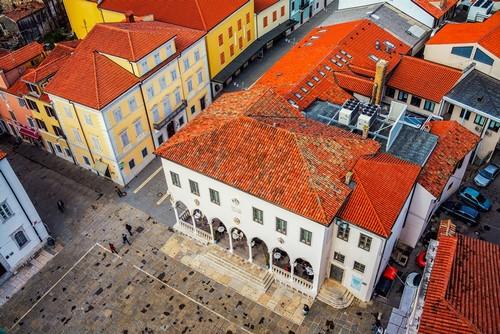 Κόπερ: Κεντρική πλατεία της παράκτιας πόλης Κόπερ, στη που φαίνεται από τα ιστορικά κτήρια με τις κόκκινες σκεπές. Σλοβενία.