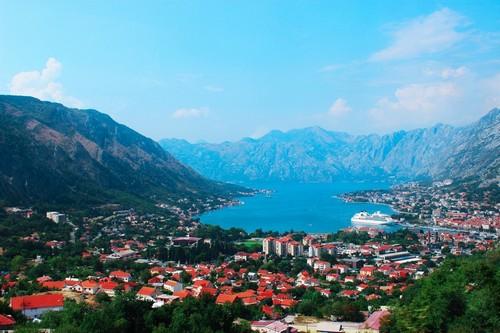 Κότορ: Θέα του κόλπου και της πόλης του Κότορ από ψηλά. Μαυροβούνιο.