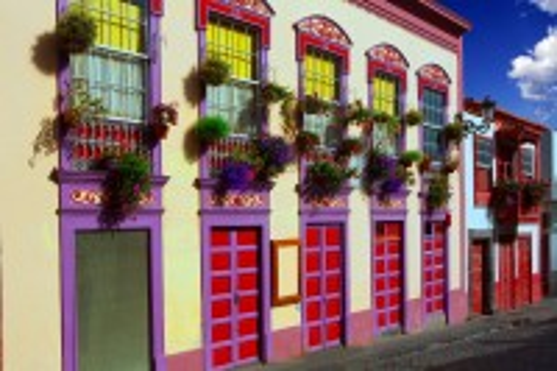 Λα Πάλμα (Κανάρια Νησιά) : Προσόψεις και αποικιακά λουλούδια στη Σάντα Κρουζ Ντε Λα Πάλμα. Κανάρια Νησιά. Ισπανία.