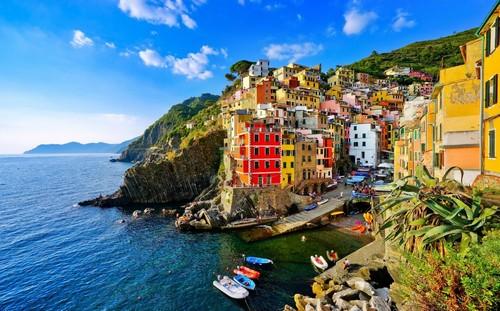 Λα Σπέτσια (Φλωρεντία-Πίζα): Πολύχρωμα σπίτια κατά μήκος της ακτής του Ρίο Ματζόρε στο Εθνικό Πάρκο Τσίνκουε Τέρε. Ιταλία.