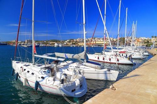 Λαύριο: Ηλιόλουστη μέρα με λευκά ιστιοφόρα στο Λαύριο. Ελλάδα.
