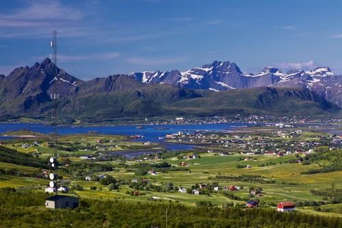 Λέκνες: Πανοραμική φωτογραφία με την πόλη Λέκνες, πράσινα λιβάδια και χιονισμένες κορυφέςωτογραφία-γραφικό-πανόραμα με πράσινα λιβάδια πόλη of-leknes-και-χιονισμένες κορυφές από τα γραφικά νησιά Λοφότεν. Νορβηγία.