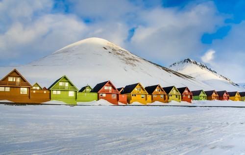 Λονγκιαρμπίεν: Όμορφα πολύχρωμα σπίτια στην πόλη Λονγκιερμπίεν. Νορβηγία.
