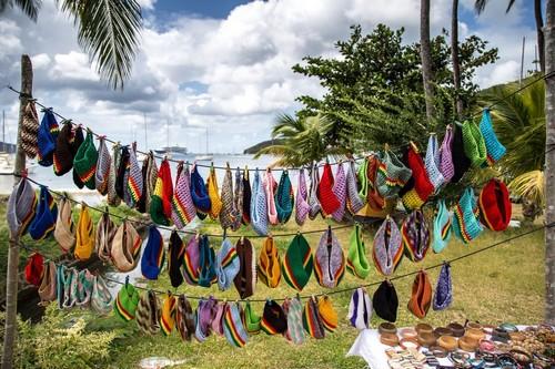 Μαϊρό: Μικροπωλητές πωλούν χειροποίητους σκούφους στην παραλία της Μπέκια. Άγιος Βικέντιος & Γρεναδίνες.