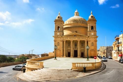 Μγκαρ: Δρόμος και εκκλησία στο Μγκαρ. Μάλτα.