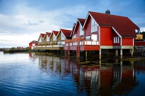Μόλντε: Κόκκινα ξύλινα σπιτάκια στο Μόλντε. Νορβηγία.