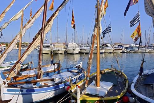 Μπαντόλ: Τυπικά μικρά σκάφη στο λιμάνι της κοινότητας Μπάντολ στην Προβηγκία. Γαλλία.