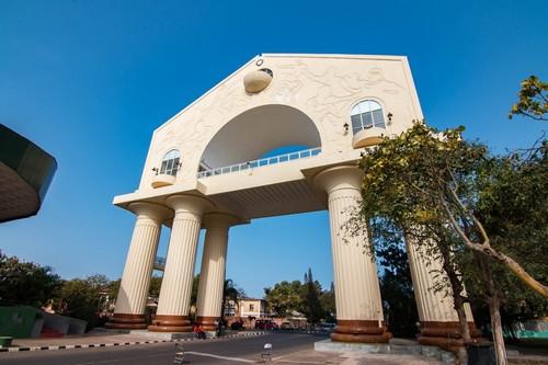 Μπαντζούλ : Το Arch είναι μια αναμνηστική αψίδα στο δρόμο προς Μπαντζούλ. Γκάμπια.