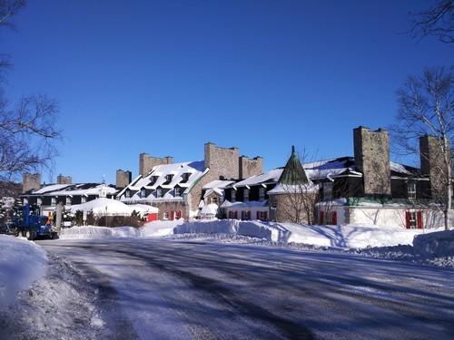Μπέϊ Κομό : Θέα του Ξενοδοχείου Le Manoir καλυμμένο με χιόνι το πρωί μιας ηλιόλουστης χειμερινής ημέρας. Μπέϊ Κομό. Καναδάς. ΗΠΑ.