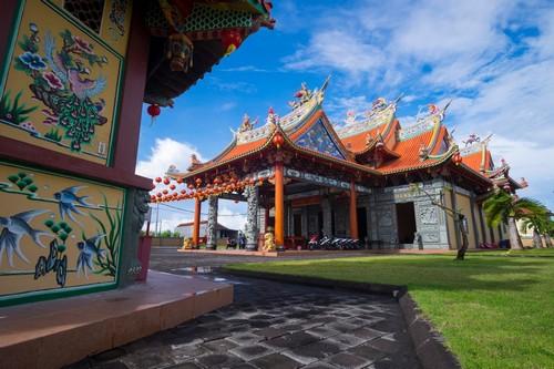 Μπενόα - Νησί Μπαλί: Το Vihara Satya Dharma είναι σύγχρονος κινεζικός ναός. Όπως και άλλοι κινεζικοί ναοί στο Μπαλί, αυτός ο ναός έχει επίσης ένα βωμό στην εξωτερική αυλή του αφιερωμένο στους θεούς του Ινδουισμού. Μπενόα. Μπαλί.