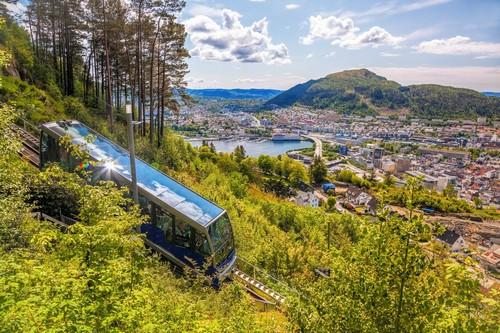 Μπέργκεν: Ανηφορίζοντας στο Μπέργκεν με τελεφερίκ. Νορβηγία.