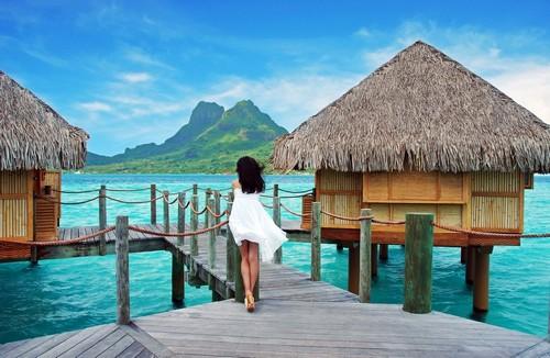 Μπόρα Μπόρα: Νεαρά κυρία στέκεται μόνη και θαυμάζει το όρος Οτεμάνου. Νησιά Μπόρα Μπόρα. Γαλλική Πολυνησία