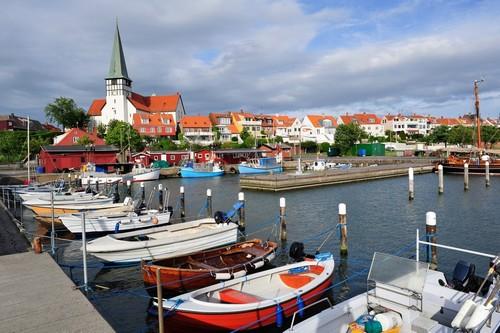 Μπόρνχορμ: Oργανωμένη μαρίνα σκαφών, και στο βάθος λευκή εκκλησία και ηλιόλουστη η πόλη. Μπόρνχορμ. Δανία.