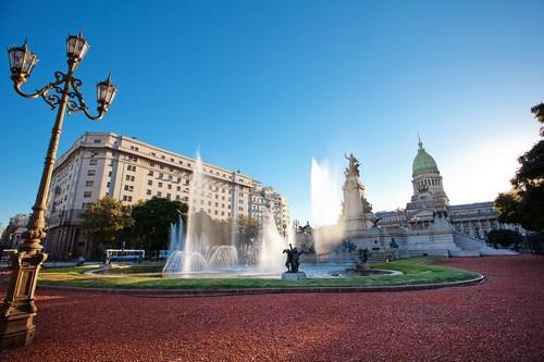 Μπουένος Άϊρες: Κτίριο συνεδρίων και το συντριβάνι της πλατείας. Μπουένος Άϋρες. Αργεντινή.