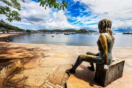 Μπούζιος: Άγαλμα του Μπρίγκτι Μπαρντότ στο λιμάνι Μπούζιος. Βραζιλία.