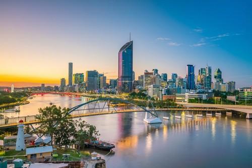 Μπρισμπέϊν: Ορίζοντας της πόλης του Μπρίσμπέϊν και ο ποταμός του στο λυκόφως. Αυστραλία.